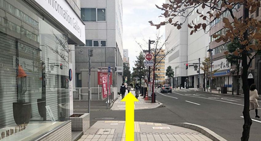 ④信号を渡り、最初の角を左に曲がってください